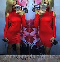 Молодежное платье с вырезом на плече красное