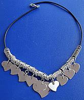 Колье и серьги из металлических сердечек.