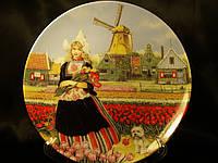 "Декоративная тарелка ""Девушка с тюльпанами"""
