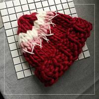 Женская шапка крупной вязки из шерсти мериноса красная белая розовая