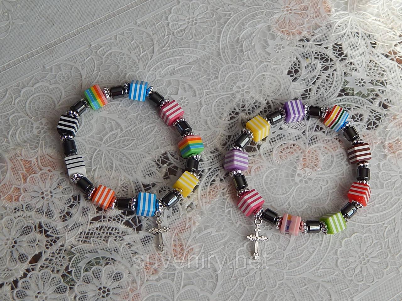 Браслет с цветными кубиками и крестиком