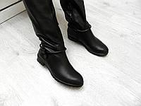 Кожаные зимние женские сапоги на низком каблуке.