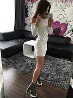 Стильное платье декорировано вырезом на плечах белое