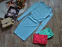 Стильное платье декорировано вырезом на плечах голубое