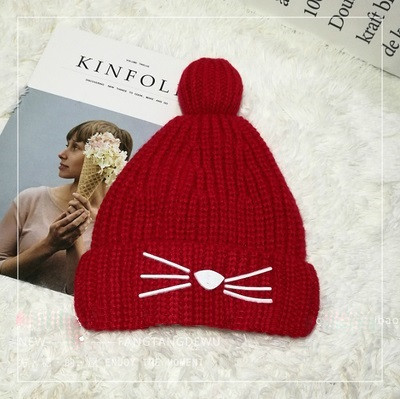 Женская теплая вязаная шапка с бубоном (помпоном) Кошечка красная