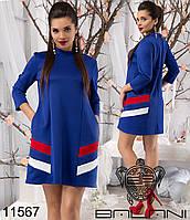 Короткое платье свободного силуэта с карманами, декорированное контрастными вставками по бокам.
