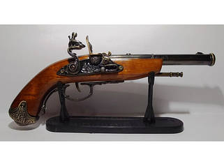Зажигалки в муляжах пистолетов и мушкетов.