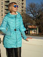 Куртка-пуховик женская стильная под пояс голубая рукав трикотажный