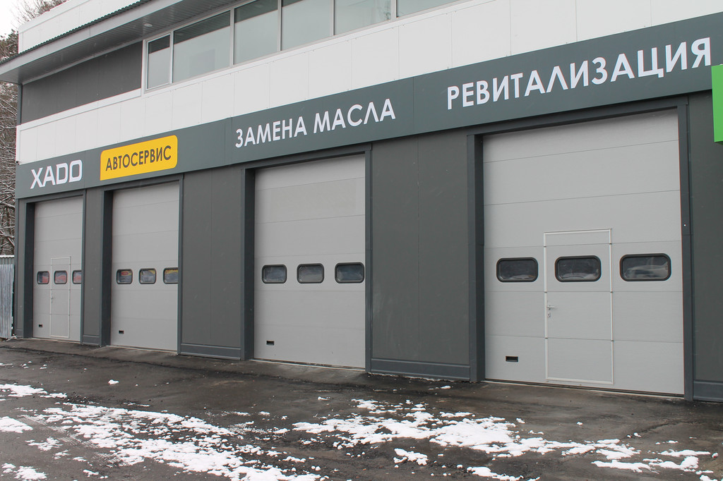 Автосервис ХАДО. Установка промышленных секционных ворот и роллет ALUTECH.