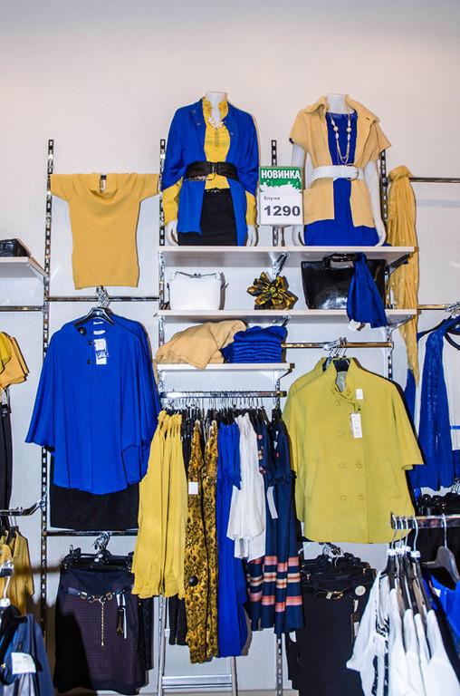 В этом магазине одежды хорошо можно рассмотреть оборудование в виде реек настенных, кронштейнов для стоек для одежды, полкодержателей и перемычек.
