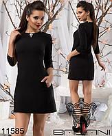 Короткое платье облегающего силуэта с карманами по бокам.