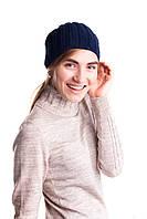 Молодежная женская вязанная шапка синего цвета