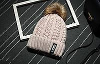 Модная женская вязанная утепленная шапка с помпоном бежевого цвета