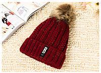 Модная женская вязанная утепленная шапка с помпоном цвета марсала