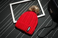Модная женская вязанная утепленная шапка с помпоном красного цвета