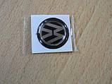 Наклейка s круглая Volkswagen 20х20х1.2мм черный фон силиконовая эмблема бренд в круге на авто Волксваген, фото 3