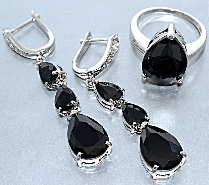 """Набор  """"серьги и кольцо"""",покрытие родием. Камень:белый и чёрный циркон. Высота серьги: 5 см Ширина: 10 мм"""