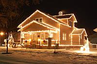 Украшение фасада дома на Новый год, новогоднее оформление зданий