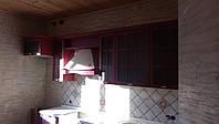 Кухня из натурального дерева с бордовыми фасадами