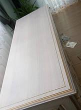 Столешница комода изготовлена с массива ясеня,по краю применена фрезеровка..В окончательной обработке столешница тонирована светлым тоном и  патинирована золотом