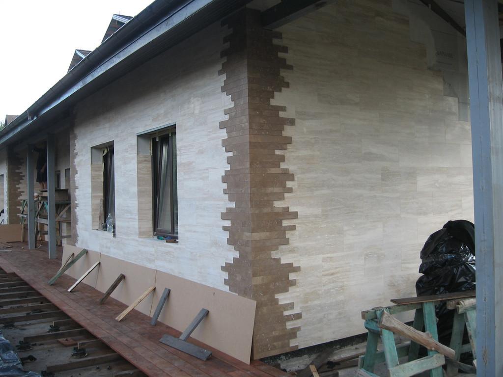 Облицовка травертином фасада частного дома 16