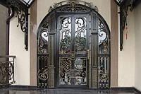 Кованые двери. Элитные входные двери со стеклом.
