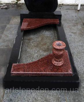 Цветник с гранитными вставками и вазой