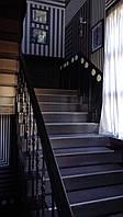 Лестница из дерева с мраморными ступенями