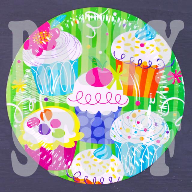 одноразовые тарелки с кексами