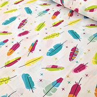 Хлопковая ткань с маленькими разноцветные перышка на белом фоне