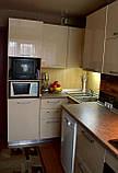 Стильная кухня от производителя с бежевым фасадом, фото 2