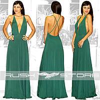 Вечірня сукня з глибоким вирізом