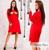 Асимметрическое красное платье украшено мехом