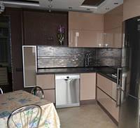 Угловая бежевая Кухня с зоной на балконе, фото 1