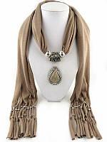 Женский шарф с кулоном бежевого  цвета, фото 1