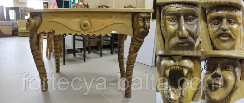 Дерев'яний стіл з різьбою