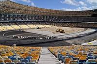 На НСК Олимпийском больше половины крыши и сидений уже установлены