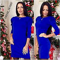 Женское красивое трикотажное платье с розами на плечах синее