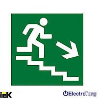 """Самоклеящаяся этикетка 50х50мм """"Направление к эвакуационному выходу по лестнице направо вниз"""" ИЭК"""