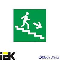 """Самоклеющая этика 150х150мм """"Направления к эвакуационному выходу по лестнице направо вниз"""" ИЭК"""