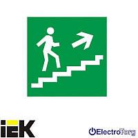 """Самоклеющая этика 150х150мм """"Направление к эвакуационному выходу по лестнице направо вверх"""" ИЭК"""