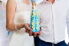 Свадебная свеча в руках молодоженов