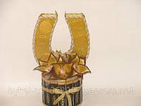 Подкова из конфет с3 золотыми цветами
