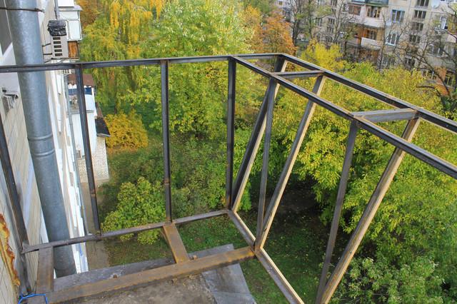 винос балкона по підлозі в хрущовці