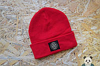 Яркая мужская шапка красная