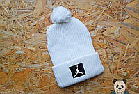 Молодежная шапка мужская джордан,Jordan белая с бубоном
