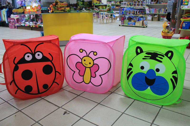 різнокольорові корзини для іграшок