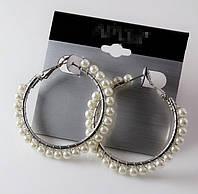 Красивые нежные серьги кольца с бусинами белого цвета
