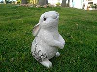 Садовые фигуры фигура для сада и дачи Зайчик заинтересовался