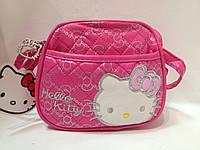 Сумка детская Hello Kitty полукруглой формы с наружным карманом и ремешком через плечо малиновая